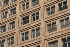 Windows sulla facciata della costruzione, alloggia l'esterno Fotografia Stock