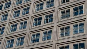 Windows sulla facciata della costruzione, alloggia l'esterno Immagine Stock Libera da Diritti