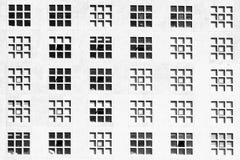 Windows sulla facciata della costruzione con il modello quadrato Fotografie Stock Libere da Diritti