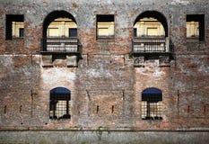 Windows sulla facciata medioevale Fotografia Stock Libera da Diritti