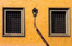 Windows sulla parete Fotografia Stock