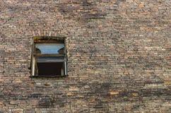 Windows sur l'immeuble de brique Photos libres de droits
