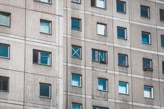 Windows sur la façade de bâtiment, faite avec des dalles de béton préfabriqué photos libres de droits