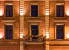 Windows sur la façade de nuit de l'hôtel d'Angleterre Photographie stock libre de droits