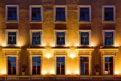 Windows sur la façade de nuit de l'immeuble de bureaux Image libre de droits