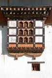 Windows sur la façade principale du Gangtey Gompa dans Gangtey, Bhutan Image stock