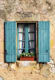 Windows sur la pierre de mur Photo stock