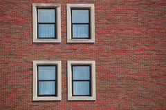 Windows sur le mur de briques Photo libre de droits