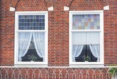 Windows sur le mur de briques Photographie stock