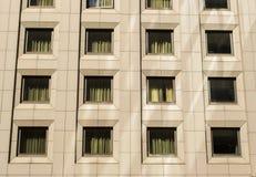 Windows sur un immeuble de bureaux Photographie stock