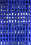 Windows sur un immeuble de bureaux de taille Photographie stock libre de droits