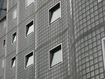 Windows sur une construction intéressante Photo libre de droits