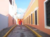 Windows till gatan på gamla San Juan, Puerto Rico Arkivbilder