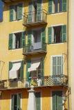 Windows till lägenheter i Nice, Frankrike Royaltyfri Foto