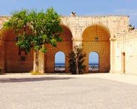 Windows till och med havet i Mellieha Malta Arkivbild