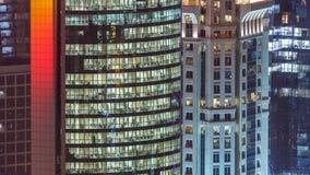 Windows timelapse av denvåning byggnaden av exponeringsglas- och stålkontorsbelysning och funktionsdugligt folk within stock video