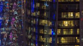Windows timelapse av denvåning byggnaden av exponeringsglas- och stålkontorsbelysning och funktionsdugligt folk within arkivfilmer