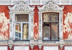 Windows, um fragmento da fachada de uma construção antiga Imagem de Stock Royalty Free