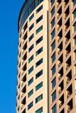 Windows in un'alta costruzione del condominio di aumento sull'azzurro Fotografia Stock
