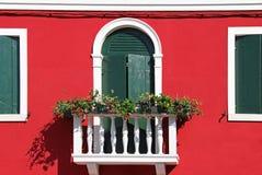 Windows in una costruzione di appartamento variopinta in Burano, Venezia, Italia Fotografie Stock