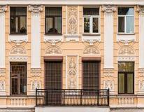Windows in una fila e balcone sulla facciata della costruzione di appartamento Fotografia Stock Libera da Diritti