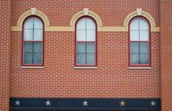 Windows und Backsteinmauer Stockfotografie