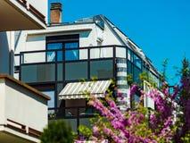 Windows und Balkon, modernes Apartmenthaus Stockfotografie