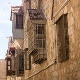 Windows und Balkone des Altbaus Lizenzfreie Stockfotos