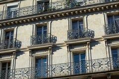 Windows und Balkone traditioneller Paris-Architektur Stockfotografie