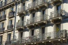 Windows und Balkone traditioneller Paris-Architektur Lizenzfreie Stockfotos