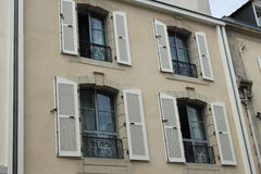 Windows und Fensterläden stockbilder