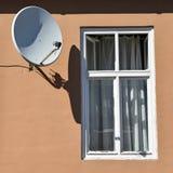 Windows und Satellitenschüssel stockbild