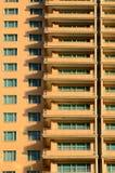 Windows und Schatten des modernen Hotel-Gebäudes Stockbild