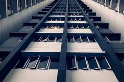 Windows- und Strahlnmuster vom Gebäude stockfoto