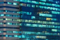 Windows von den Bürogebäuden belichtet nachts Stockbild