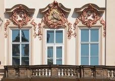 Windows von Kinsky-Palast in Prag stockbilder
