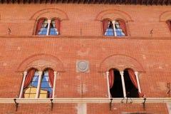 Windows w czerwonym ściana z cegieł w Pisa fotografia stock
