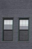 Windows w Popielatym ściana z cegieł Obrazy Stock