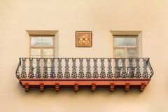 Windows y balcón en la fachada del hotel de Mónica de la casa, los E.E.U.U. Fotos de archivo libres de regalías