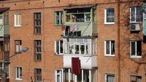 Windows y balcones de la construcción de viviendas vieja del ladrillo de la URSS Casa 1961 del proyecto de Khrushev almacen de video