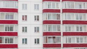 Windows y balcones durante las nevadas en el día de invierno almacen de video