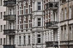 Windows y balcones que construyen en ciudad céntrica Fotografía de archivo libre de regalías