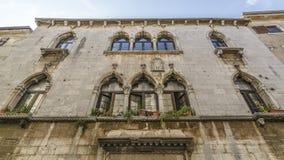 Windows y fachada Porec imagen de archivo