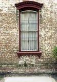 Windows y los adornos de las exhibiciones de los plantadores de las cajas de ventana aumentan arquitectura Imagenes de archivo