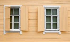 Windows y obturadores de la cabaña de madera vieja Fotografía de archivo libre de regalías