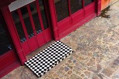 Windows y puertas del piso rojo del edificio y del guijarro Imagen de archivo libre de regalías