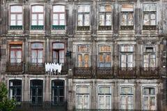 Windows y puertas francesas de apartamentos antiguos Imagen de archivo