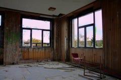 Windows y silla roja Fotografía de archivo
