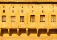 Windows z żaluzjami w ścianie obrazy royalty free