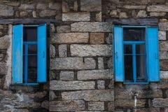 Windows z błękit żaluzjami i ramami Fotografia Stock